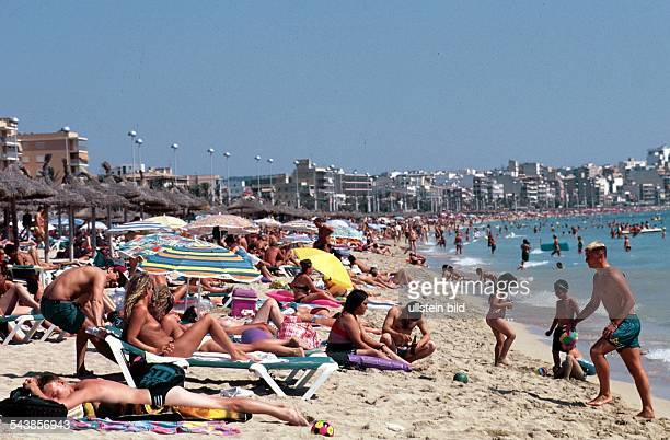 Dicht gedrängt liegen die sonnenhungrigen Urlauber am Strand von El Arenal der touristischen Hochburg der Insel