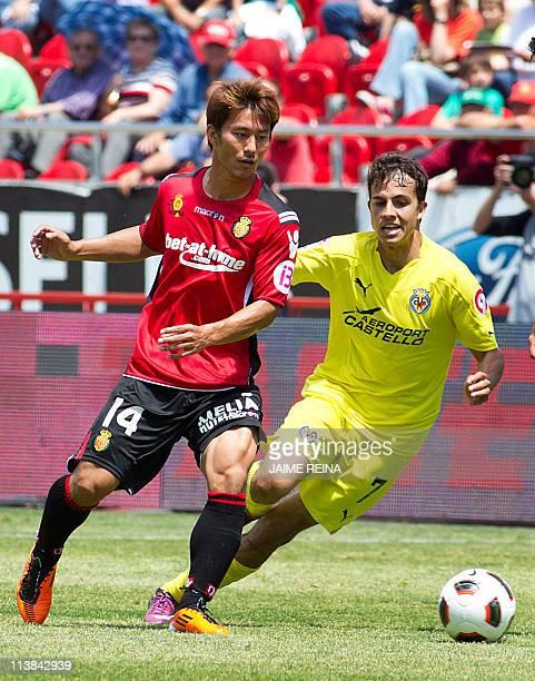 Mallorca's Japanese midfielder Akihiro Ienaga vies with Villarreal's Brazilian forward Nilmar during the Spanish league football match Mallorca vs...