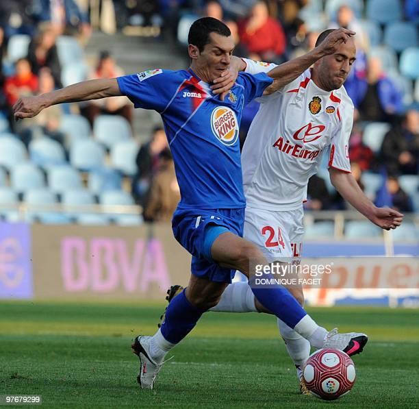 Mallorca's midfielder Borja Valero vies for the ball with Getafe's midfielder Javier Casquero during a Spanish league football match Getafe/Mallorca...