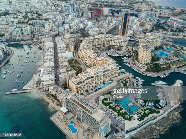 malta - destino de viaje por el mediterráneo, sliema y valetta - malta fotografías e imágenes de stock