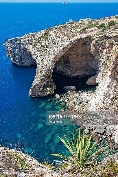 malta, the blue grotto and the cliffs on the southern cost of the island - 青の洞窟 ストックフォトと画像