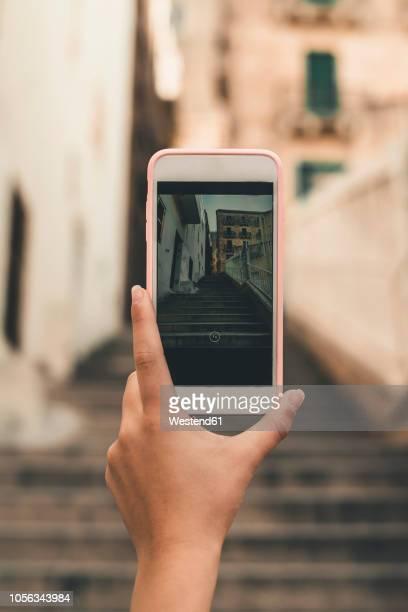 malta, valletta, hand of woman taking cell phone picture of a street - camera girls - fotografias e filmes do acervo
