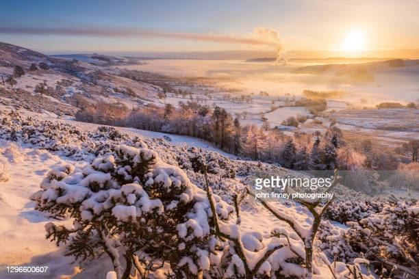 mam tor winter sunrise with snow and ice, castleton, peak district. uk - dawn stock pictures, royalty-free photos & images