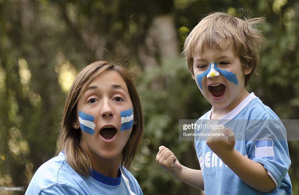 Mama e hijo gritando gol : Stock Photo