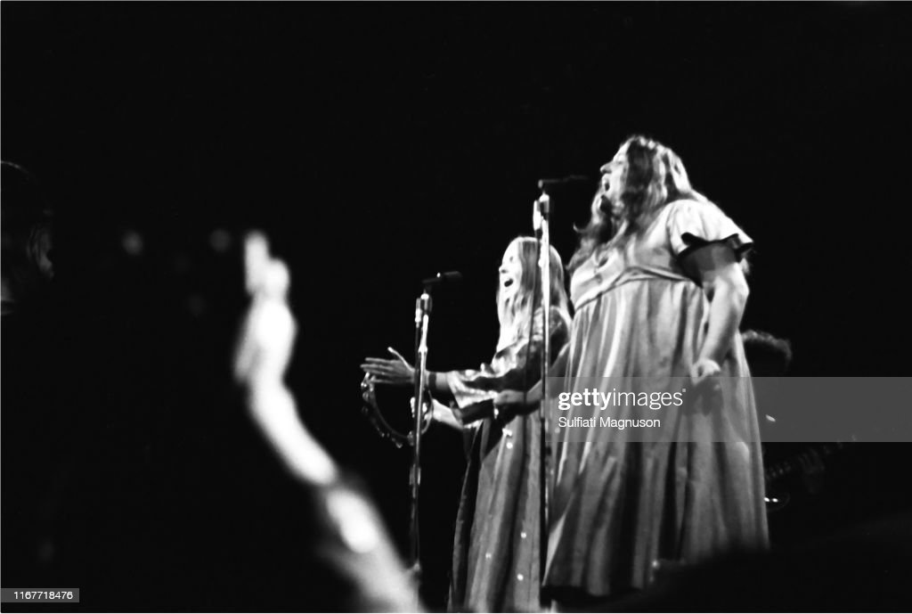 CASS ELLIOTT AND MICHELLE PHILLIPS AND  OF THE MAMAS & THE PAPAS PERFORMING AT THE MONTEREY INTERNATIONAL POP FESTIVAL, 1967 : News Photo