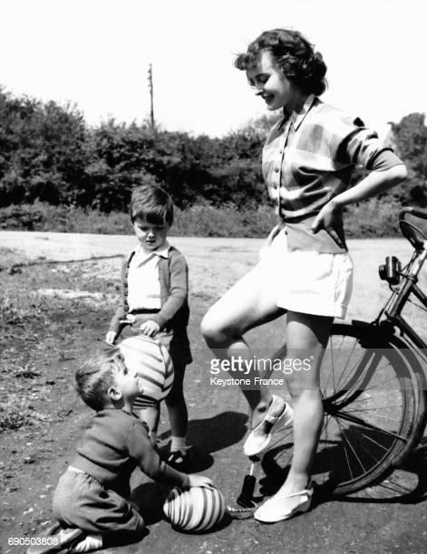 Maman gongle les ballons de ses deux garçons