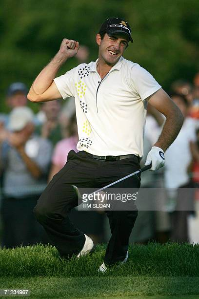 Mamaroneck, UNITED STATES: Geoff Ogilvy of Australia celebrates his putt on the 17th hole during final round play at the 106th US Open Golf...