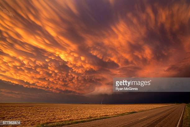 mammatus clouds near dodge city 3 - kansas stock pictures, royalty-free photos & images