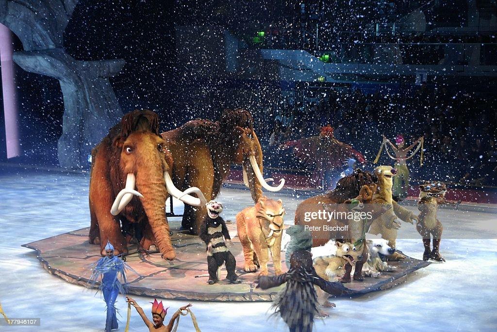 """Mammut """"Manny"""" und """"Ellie"""" mit Tochter """"Peaches"""", vorne (v.l.n.r : News Photo"""