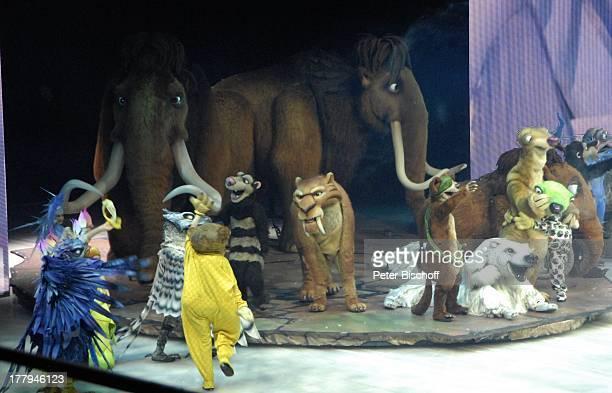 Mammut Manny und Ellie mit Tochter Peaches vorne Opossum Crash oder Eddie Säbelzahntiger Diego Buck und Faultier Sid EisShow Ice Age Live ÖVB Arena...