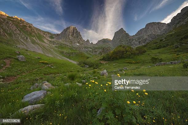 mampodre glacial cirque - レオン県 ストックフォトと画像