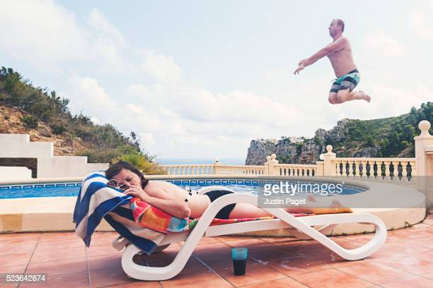 man about to splash sunbathing woman - dormir humour photos et images de collection