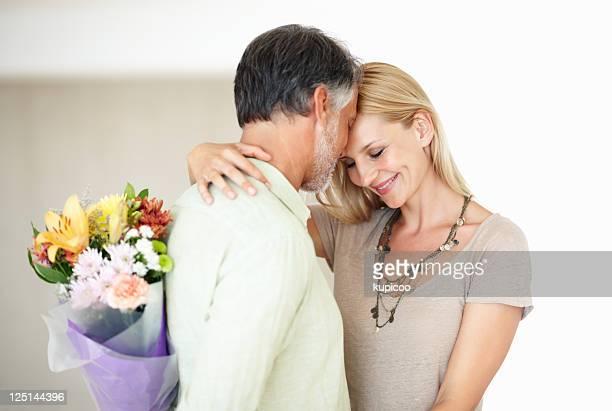 Mann über Überraschung schöne Frau mit Blumen