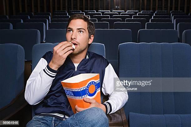 Homem sozinho no cinema