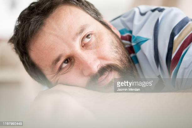 man alone - adulto de mediana edad fotografías e imágenes de stock
