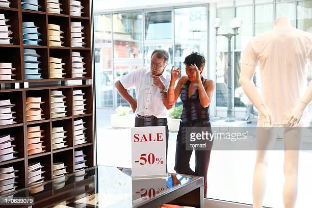 Homem e uma mulher de compras de Janela