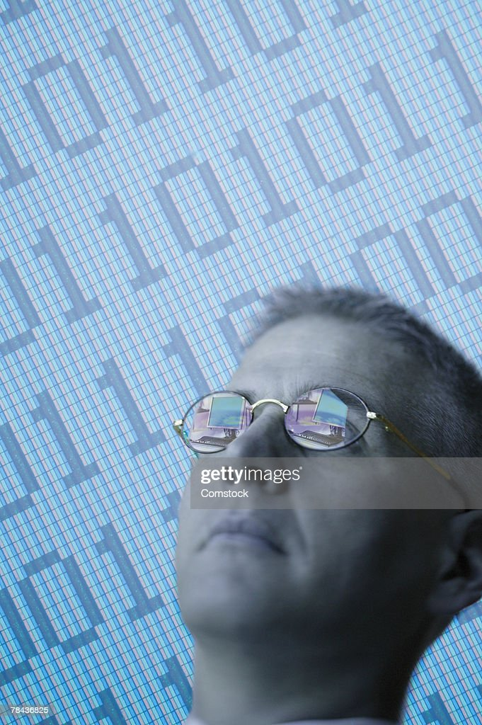 Man and binary code : Stockfoto
