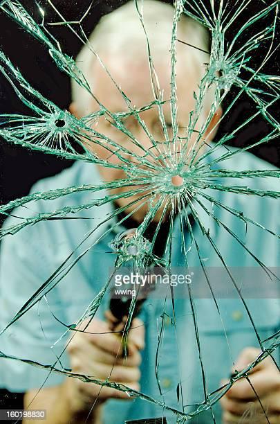 Hombre y Bulllet orificio de vidrio