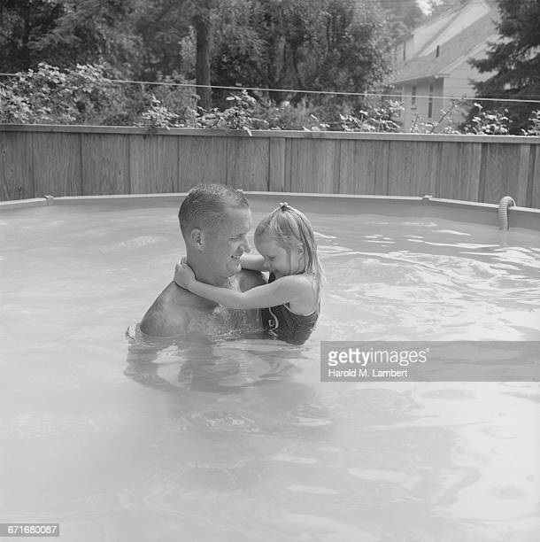 man and daughter standing in swimming pool - {{relatedsearchurl(carousel.phrase)}} imagens e fotografias de stock