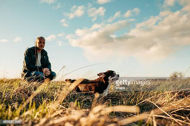 Uomo e sua chihuahua al tramonto