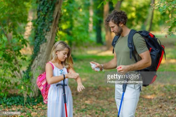 人間と彼の娘は、自然の中で昆虫の攻撃のためにかゆみ肌を引っ掻いています。 - 避ける ストックフォトと画像