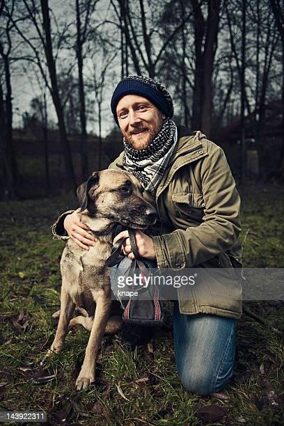 homem e seu cão - só um adulto de idade mediana - fotografias e filmes do acervo