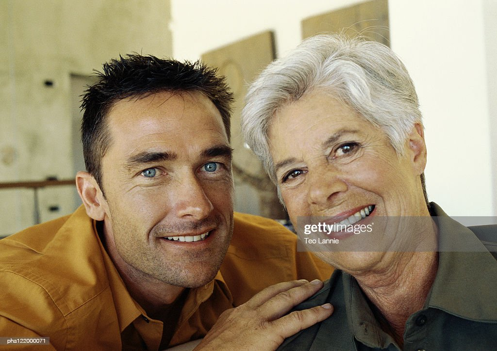 Man and mature woman smiling, portrait : Stockfoto