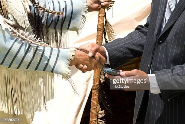 Hombre y de los Indios Nativos americanos hacer negocios