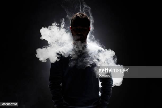 Mann und Rauch Fragmente auf einem schwarzen Hintergrund