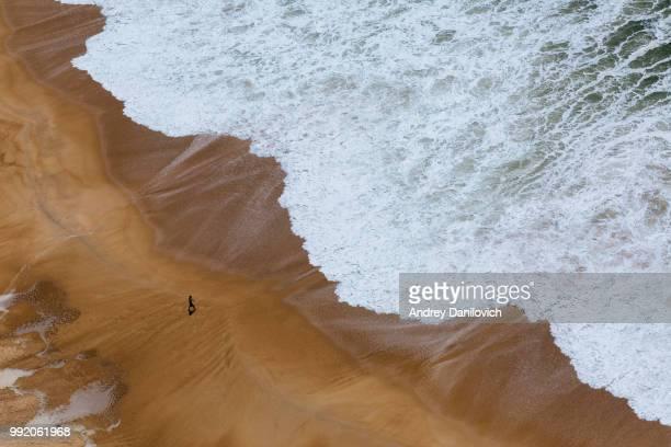 hombre y el mar - grande fotografías e imágenes de stock