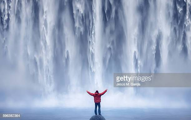 man and waterfall - wasserfall stock-fotos und bilder