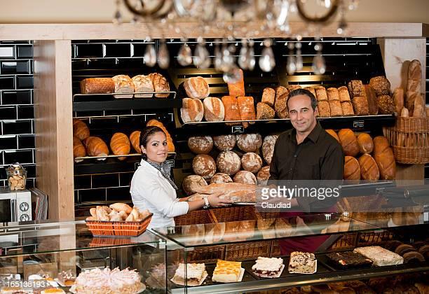 Homme et Femme derrière le comptoir de boulangerie