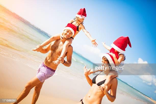 Hombre y mujer llevando hijo mientras que en la playa