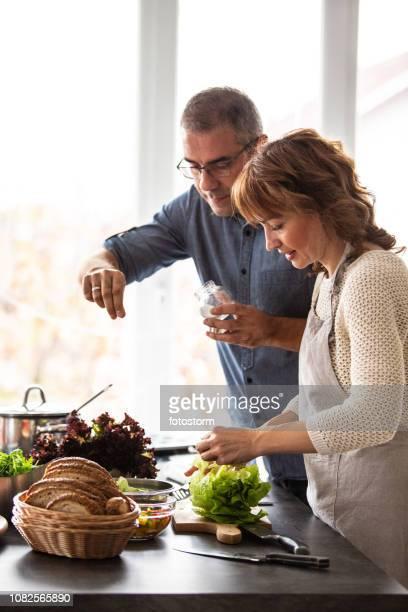 mann und frau in der küche - würze stock-fotos und bilder