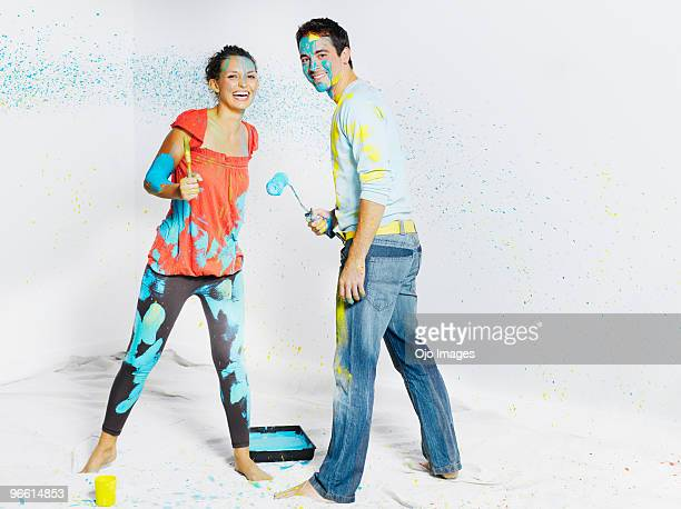 man and woman covered in paint - bricolage humour photos et images de collection