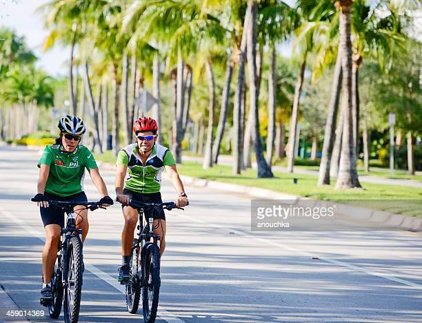 男性と女性の自転車で、フロリダ州キービスケーン、米国 - キービスケイン ストックフォトと画像