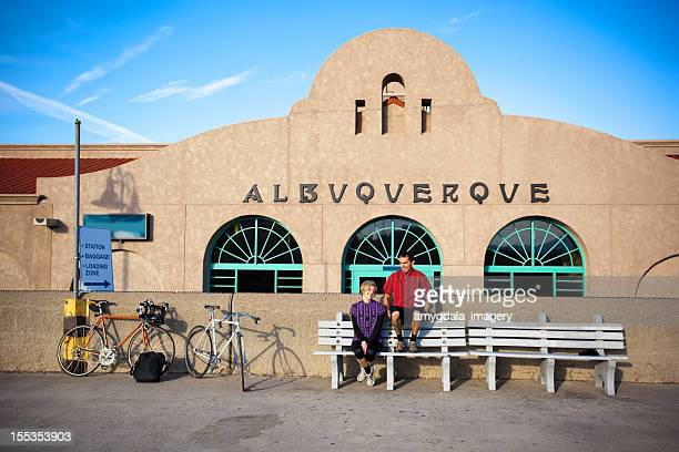 Hombre y mujer ciclista en la estación de tren de estar