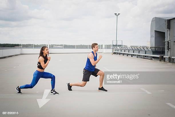 man and woman doing lunges outdoor - flexionando perna - fotografias e filmes do acervo