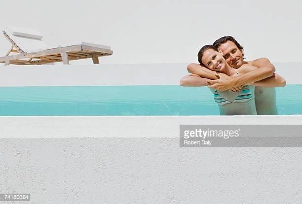 Hombre y mujer abrazar en agua