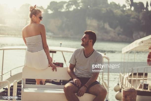 Mann und Frau flirten im Urlaub