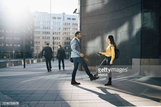 man and woman greeting using feet - arab feet photos et images de collection