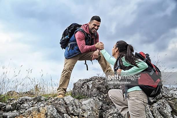 Mann und Frau Hilfe on the rocks
