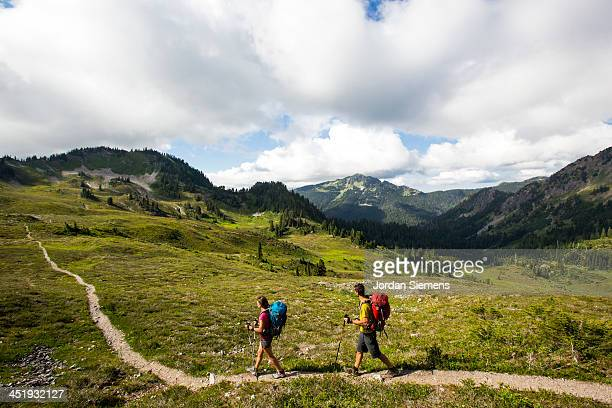 man and woman hiking outdoors - washington state stock pictures, royalty-free photos & images
