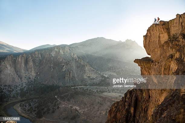 a man and woman hiking. - formação rochosa imagens e fotografias de stock