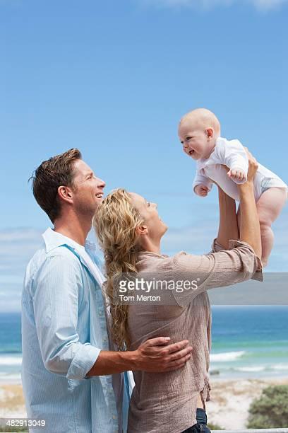 Mann und Frau hält baby im Freien
