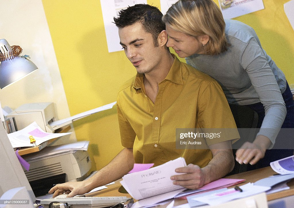 Man and woman in front of computer : Stockfoto