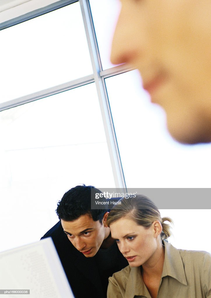 Man and woman in front of glass wall, close-up : Stockfoto