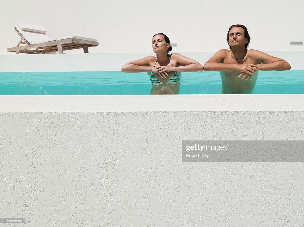 Homem e mulher na piscina : Foto de stock
