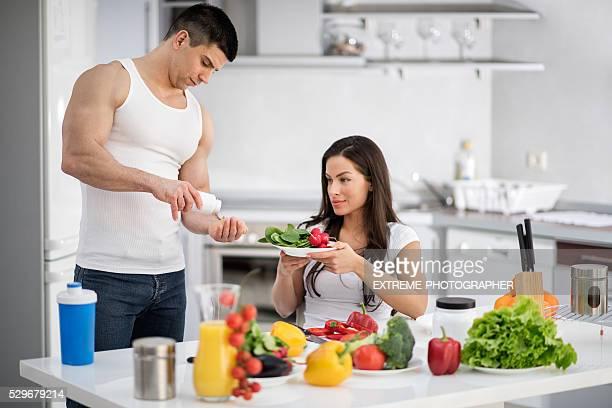 Homem e mulher na cozinha