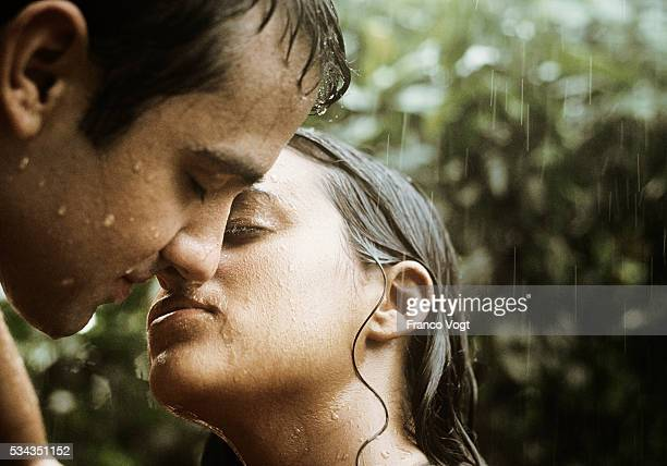man and woman kissing in rain - coppia passione foto e immagini stock